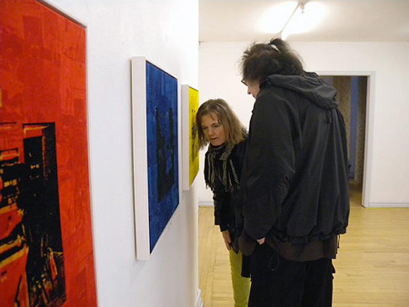 textiltryck på sammet av Josabet Werkmäster. Sång av operasångerskan Karin Bäckström hörs från tavlorna.