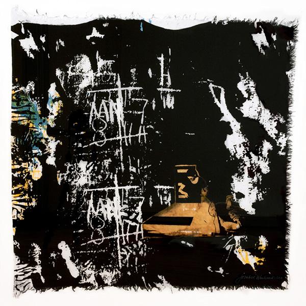 Textiltryck på linne av Josabet Werkmäster. Mörkt blå reaktivfärg. Konstnären Margareta Heijkenskjöld Holmgren finns med på bilden, tryck med ets och övertryck.