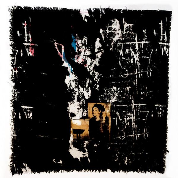 Textiltryck på linne av Josabet Werkmäster. Mörkt blå reaktivfärg. Konstnären Dyveke Zadig finns med på bilden, tryck med ets och övertryck.
