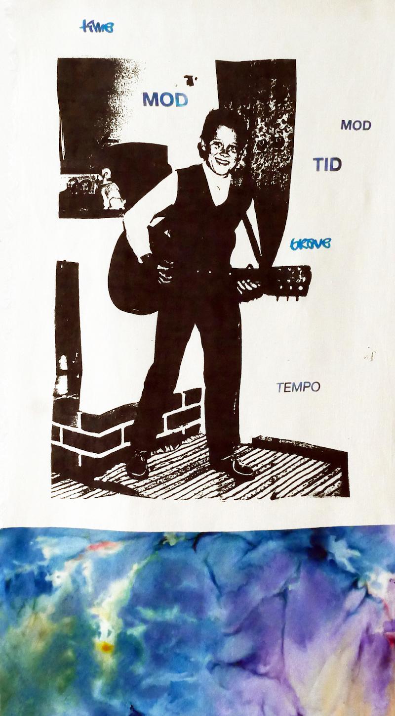 screentryck på pojke som spelar gitarr, snöfärgat tyg längst ner
