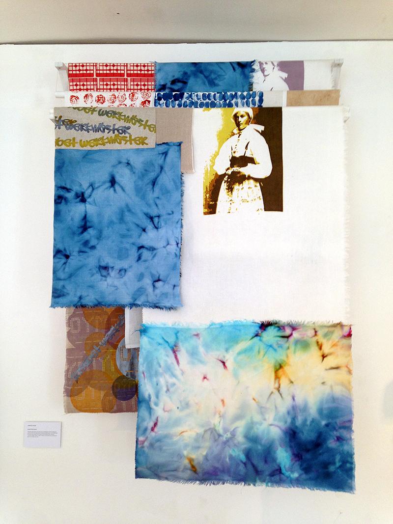 Titel Textile Talk, trycka och färgade tyger som hänger över pinnar under taket