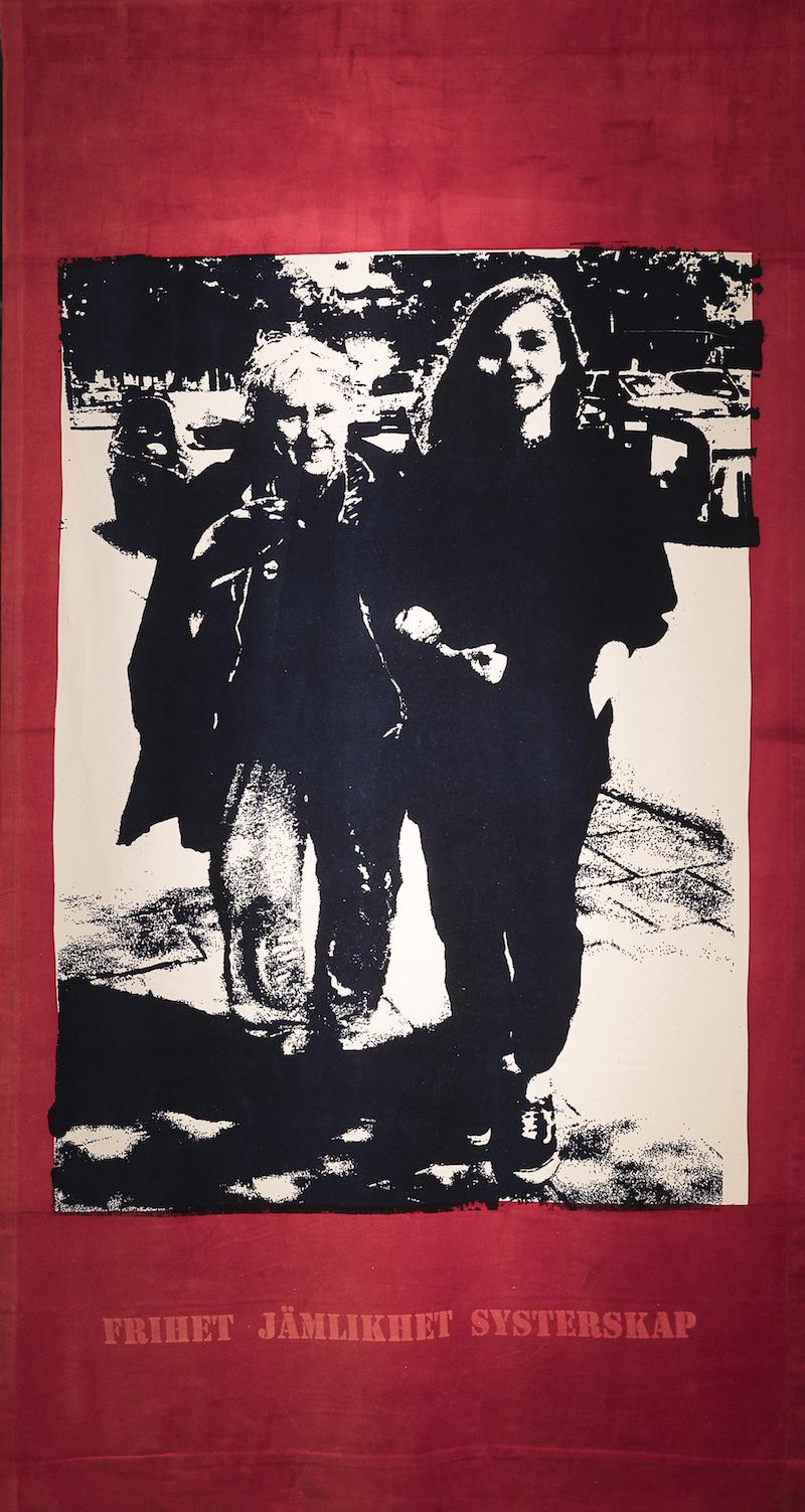 Textiltryck av Josabet Werkmäster, på bilden är två personer, mormor och det vuxna barnbarnet. Titel Historien glömskan och framtiden
