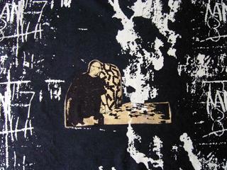 textiltryck på linnetyg, mörkt blå reaktivfärg. Konstnären Raine Navin finns med på bilden tryck i med ets och övertryck.