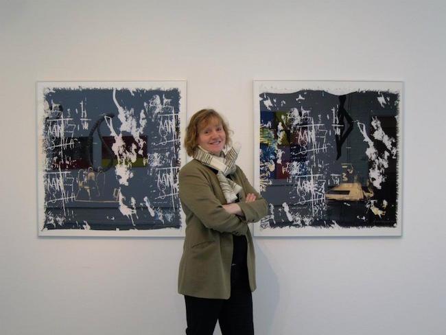 Josabet Werkmäster står framför sin konst